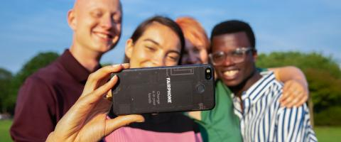 Gruppe mit Fairphone 3